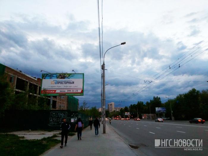Рабочие перекопают ул. Кошурникова, чтобы вынести инженерные сети