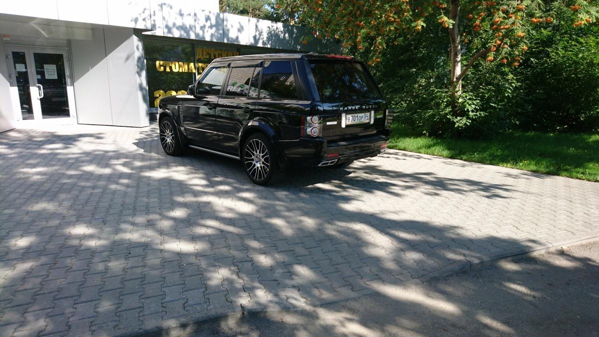 «Я паркуюсь как чудак»: Land Rover ВОР против детской поликлиники (фото)