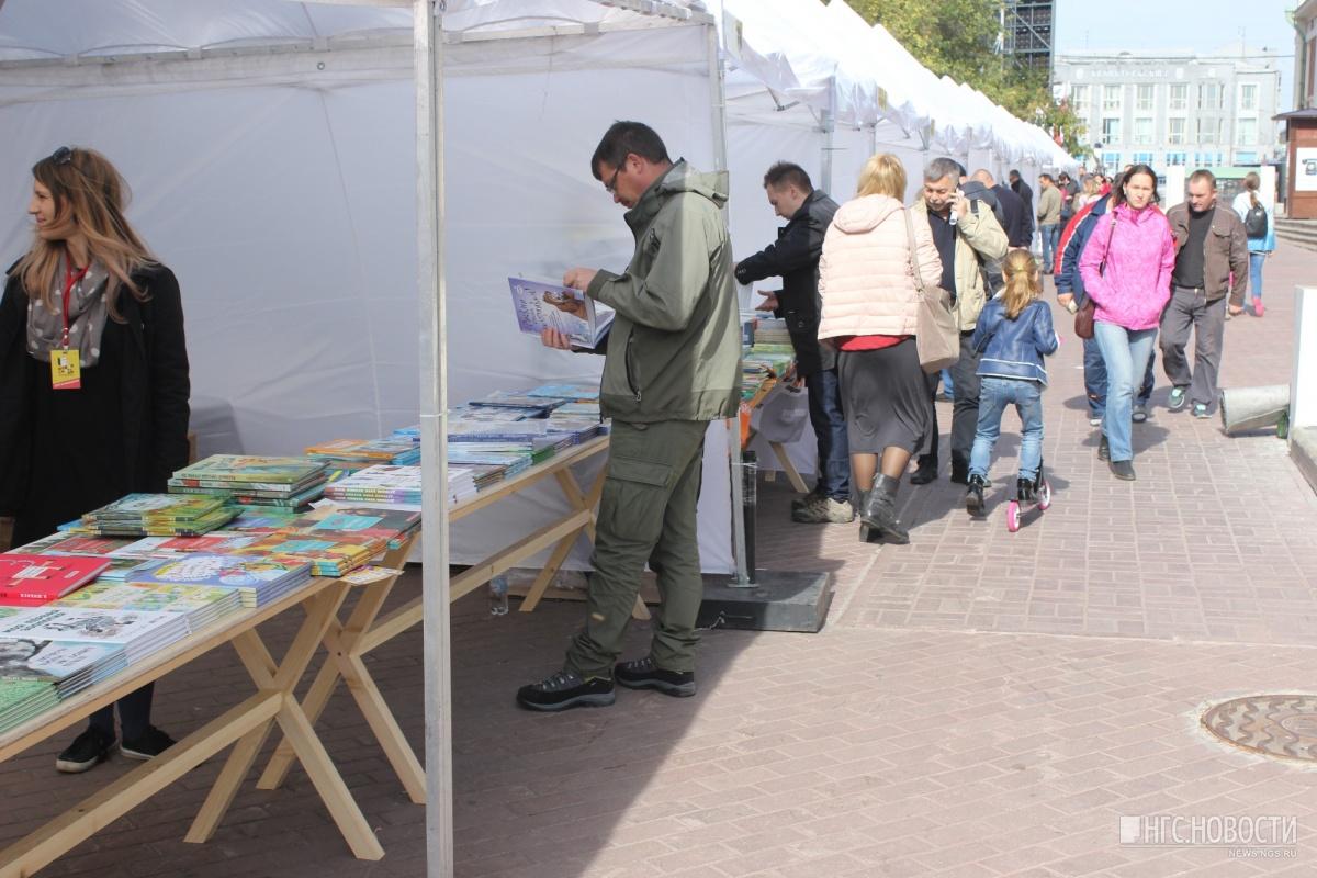 Шатры книжной ярмарки разместились за зданием Краеведческого музея