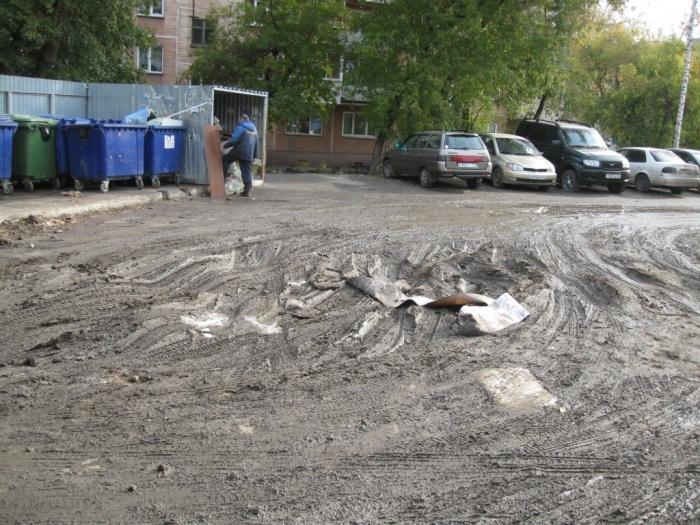 После раскопок на теплотрассе внутриквартальный проезд остался без асфальта
