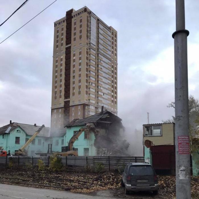 За сносимым зданием высится «свечка» нового жилого комплекса