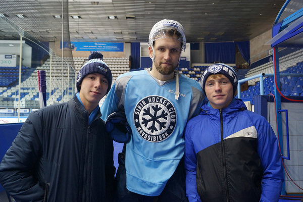 Ребята уже познакомились с хоккеистами